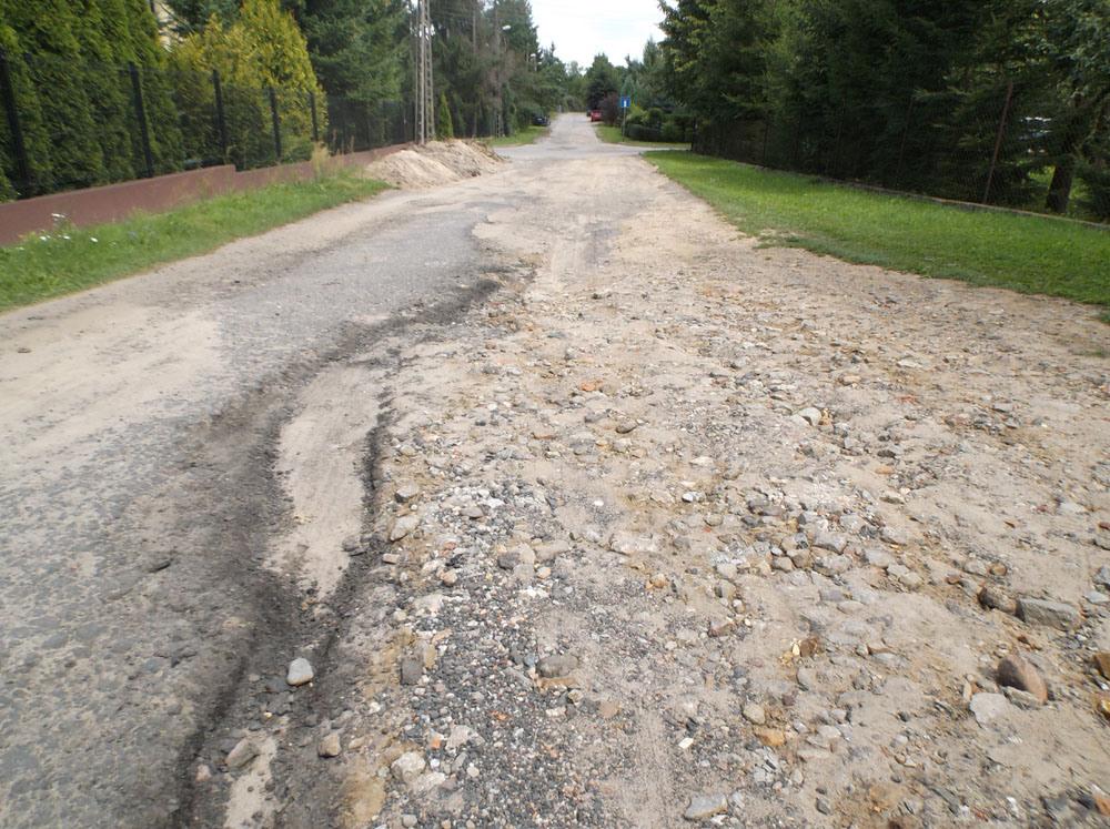 Kiekrz – zniszczona nawierzchnia ulicy Kajakowiej (Strefa 1)
